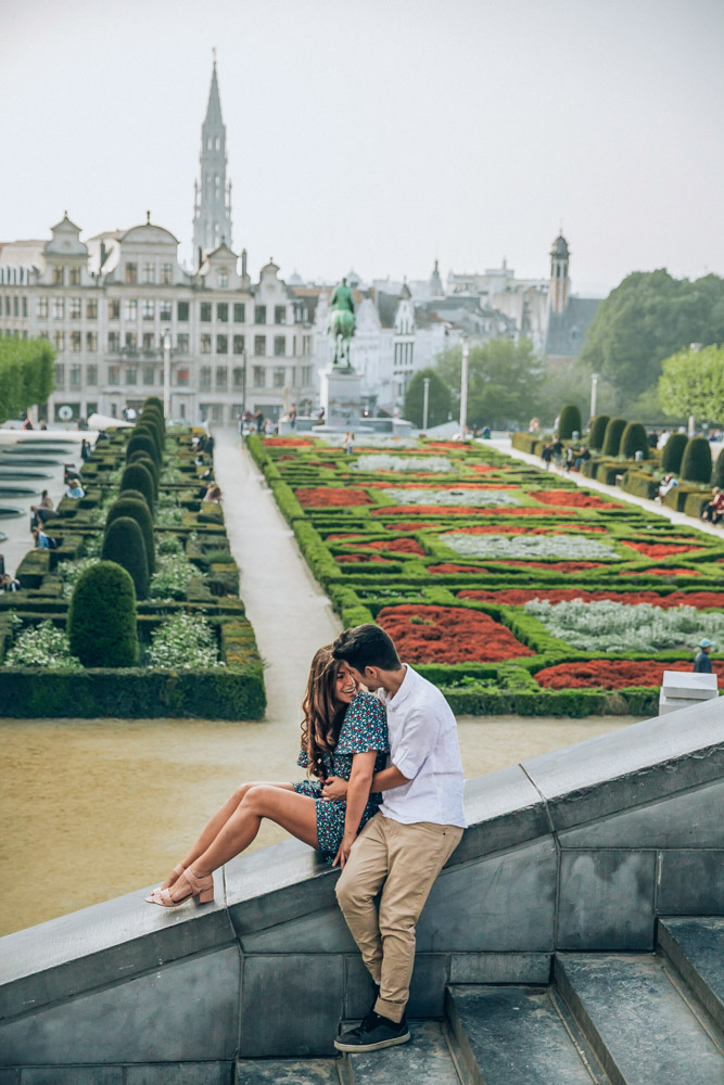 Melissa and Guga sitting on the sidestep in front of the Parc Du Cinquantenaire in Brussels