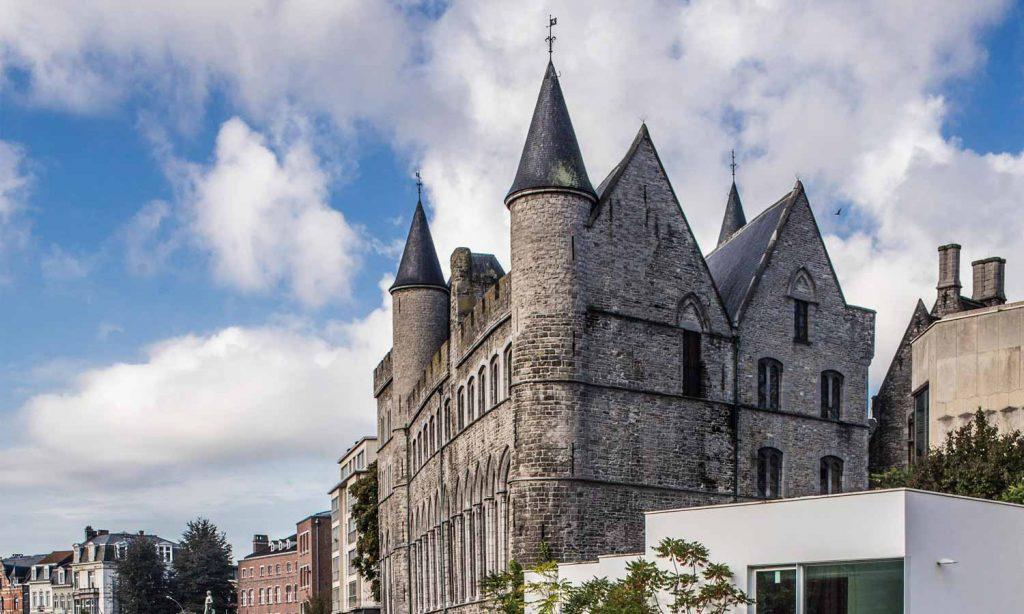 photo of the Geeraard de Duivelsteen castle on a sunny day
