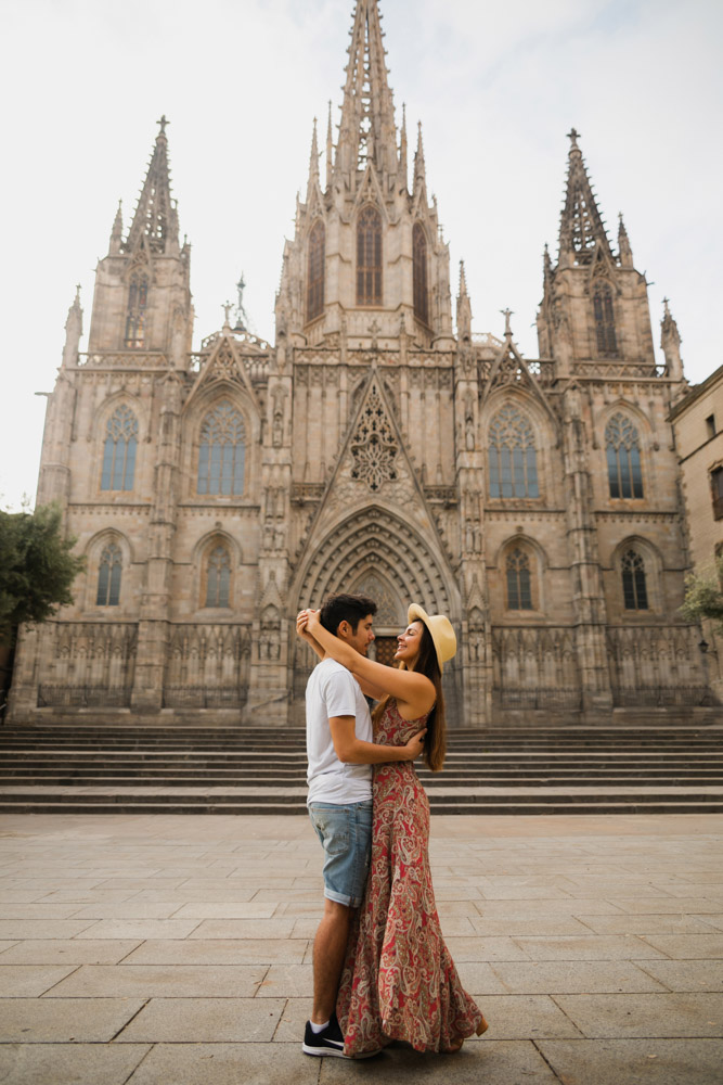 Melissa and Guga kissing in front of the Barcelona Cathedral