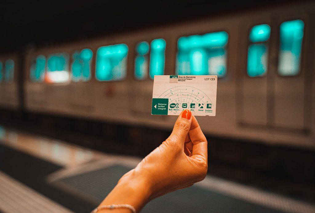 Person holding a Barcelona City Card