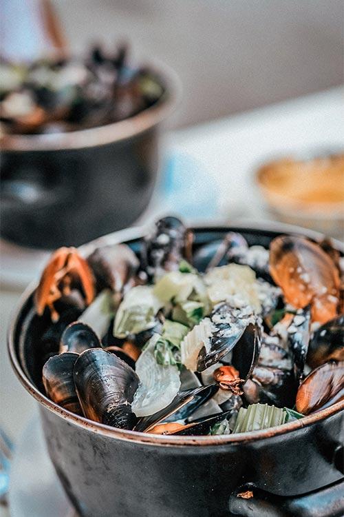 eating mussels in brussels belgium